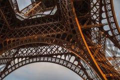 Pièce en gros plan d'élément de Tour Eiffel à Paris contre le ciel crépusculaire dramatique à l'heure d'été de soirée Image libre de droits