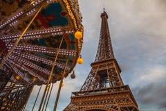 Pièce en gros plan d'élément de Tour Eiffel à Paris contre le ciel crépusculaire dramatique à l'heure d'été de soirée Photo stock