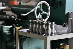Pièce en métal avec une entaille après avoir mis en marche un support près de la machine image libre de droits