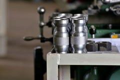 Pièce en métal avec une entaille après avoir mis en marche un support près de la machine photographie stock