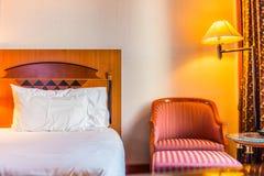 Pièce et chaise romantiques de lit pour la relaxation photographie stock