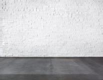 Pièce faite en mur de briques et plancher en béton Photographie stock