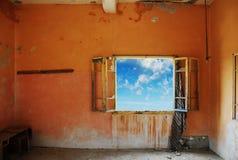 Pièce grunge avec un beau ciel bleu à l'extérieur Images libres de droits