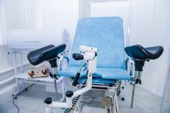 Pièce gynécologique de chirurgie avec la chaise et l'équipement Concept médical et de soins de santé Foyer sélectif images stock