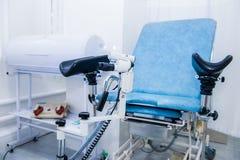 Pièce gynécologique de chirurgie avec la chaise et l'équipement Concept médical et de soins de santé Foyer sélectif photos libres de droits