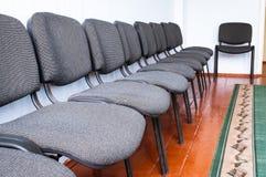 Pièce intérieure avec des chaises dans une rangée Images libres de droits