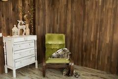 Pièce intérieure avec le coffre des tiroirs et d'une vieille chaise Image stock