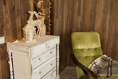 Pièce intérieure avec le coffre des tiroirs et d'une vieille chaise Photographie stock libre de droits