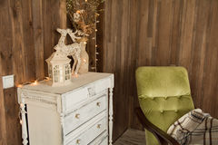 Pièce intérieure avec le coffre des tiroirs et d'une vieille chaise Photographie stock