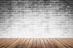 Pièce intérieure avec le plancher de mur de briques et en bois photographie stock