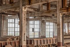 Pièce intérieure d'entrepôt avec de vieilles fenêtres Image stock