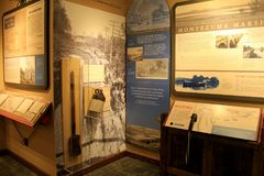 Pièce intérieure de musée avec l'objet exposé couvrant le canal mystérieux dans lui apogée du ` s, musée mystérieux de canal, Syr photos stock