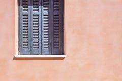 Pièce la fenêtre avec un abat-jour du soleil sur la façade de maison Photos stock