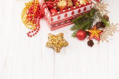 Pièce le boîte-cadeau avec des boules et des décorations de Noël sur le fond blanc Photo stock