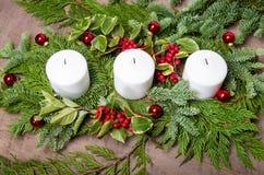 Pièce maîtresse à feuilles persistantes de Noël avec des bougies Images stock