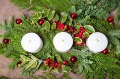 Pièce maîtresse à feuilles persistantes de Noël avec des bougies Image libre de droits