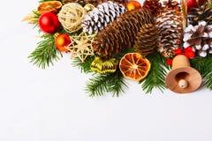 Pièce maîtresse de Noël avec des boules de jute et des ornements de paille, copie Photos stock
