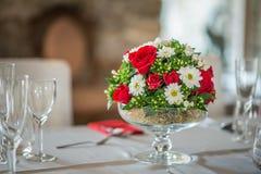 Pièce maîtresse florale de table avec les roeses et la marguerite, le mariage de célébration ou l'anniversaire, décoration de tab Image stock