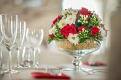 Pièce maîtresse florale de table avec les roeses et la marguerite, le mariage de célébration ou l'anniversaire, décoration de tab Photo libre de droits