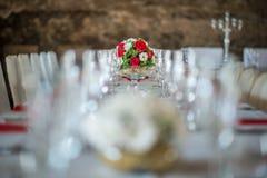 Pièce maîtresse florale de table avec les roeses et la marguerite, le mariage de célébration ou l'anniversaire, décoration de tab Photos libres de droits