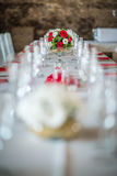 Pièce maîtresse florale de table avec les roeses et la marguerite, le mariage de célébration ou l'anniversaire, décoration de tab Photographie stock