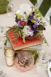 Pièce maîtresse florale rustique avec des livres Image stock