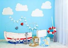 Pièce mignonne marine de garçon décorée comme bateau de mer images libres de droits