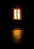 Pièce noire, lumière mystérieuse d'hublot Photo stock