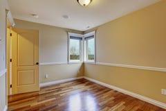 Pièce non meublée avec le plancher en bois dur photographie stock