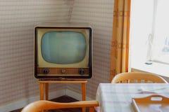 Pièce nostalgique avec une vieille télévision Photos stock