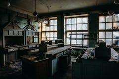 Pièce rampante abandonnée du bâtiment industriel avec de vieux meubles, paysage rampant dramatique image libre de droits