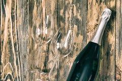 Pièce rustique en bois d'anniversaire d'amour de concept en verre de Champagne rétro Images stock