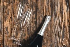 Pièce rustique en bois d'anniversaire d'amour de concept en verre de Champagne rétro Image libre de droits