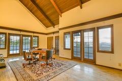 Pièce supplémentaire spacieuse avec deux plate-formes et plafond en bois rayonné photos stock