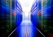 Pièce symétrique fantastique de centre de traitement des données avec les ordinateurs géants pénétrants d'un code binaire Photographie stock libre de droits
