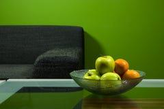 Pièce verte avec le sofa Photographie stock libre de droits