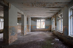 Pièce vide abandonnée avec de grandes fenêtres Photographie stock libre de droits