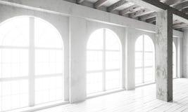 Pièce vide avec de grandes fenêtres, planchers de parquet et murs rugueux Images stock