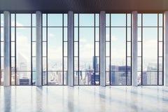Pièce vide avec des fenêtres avec l'ornement rectangulaire, modifié la tonalité Photos stock