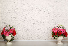 Pièce vide avec le mur de briques blanc et les belles fleurs photos libres de droits