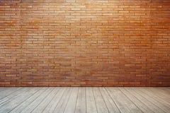 Pièce vide avec le mur de briques rouge
