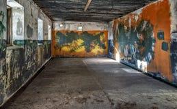 Pièce vide avec le plafond brûlé dans le fort militaire abandonné Images libres de droits