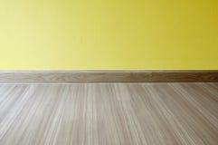 Pièce vide avec le plancher de stratifié en bois de chêne et le jaune nouvellement peint Conception matérielle Stratifié, parquet images stock