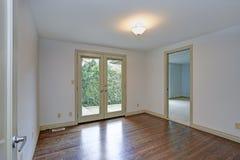 Pièce vide avec les murs blancs, plancher en bois dur poli photos stock
