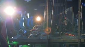 Pièce vide d'un club de jeu avec les chaises et l'équipement clips vidéos