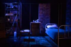 Pièce vide dans le rétro style dans des couleurs sombres avec le vieux lit et meubles image libre de droits