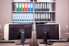 Pièce vide de bureau avec des ordinateurs et des bureaux Photos libres de droits