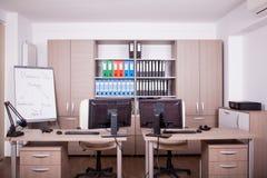 Pièce vide de bureau avec des ordinateurs et des bureaux Image stock