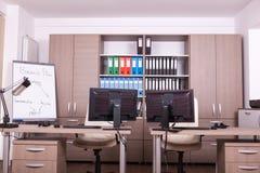 Pièce vide de bureau avec des ordinateurs et des bureaux Photos stock