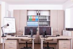 Pièce vide de bureau avec des ordinateurs et des bureaux Images libres de droits